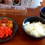 池めん - キムチ、カクテキ、紅生姜、ニンニク、ライス、牛スープ