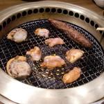 ワンカルビ - 料理写真:無煙ロースターで焼いてます