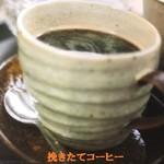 カフェラッテ - 挽きたてコーヒー。単品にシナモンクッキーが付きます。