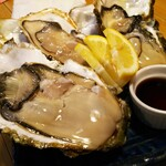 魚寅食堂 - 大型の生牡蠣