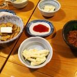 魚寅食堂 - チーズいぶりがっこ、塩辛、そしてお通しのマカロニサラダ。