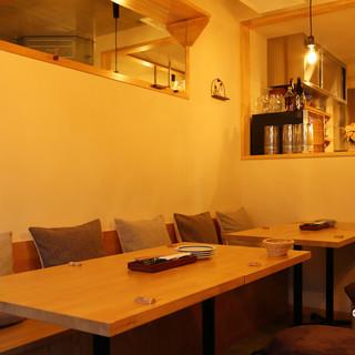 木の温もり溢れる店内は、カフェのような長居したくなる空間