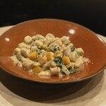 ユギーノ・ユーゴ - 自家製スモークサーモンとほうれん草、カボチャのクリームニョッキ