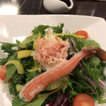 鮨割烹みどり - ずわい蟹サラダハーフ500円。お値段以上の内容です(╹◡╹)。蟹の脚も、ミディアムレアな感じで、とても美味しかったです(╹◡╹)