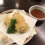 鮨割烹みどり - 白子の天ぷら800円。カラッと揚がった衣の中からふわふわジューシーな白子が溶け出します。とても美味しかったです(╹◡╹)