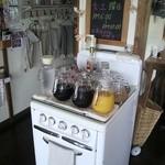 cafe JAM - アメリカのガスレンジをテーブル代りにしてます、ドリンクコーナー