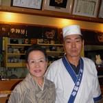 季禅房 - 大将と女将さん。後ろの家紋に注目!