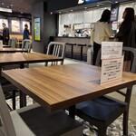 海老福 - 内観写真:フードコートのテーブル席。