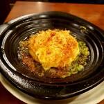 串焼き居酒屋 KAZU - 豆腐の鉄板焼き 手作り豆腐の上にチーズとパリパリのかつお節、酸味の効いたさっぱりタレが掛かっていて美味しかったです
