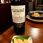 串焼き居酒屋 KAZU - いつものワインと、ワインにピッタリのクリームチーズの味噌漬け