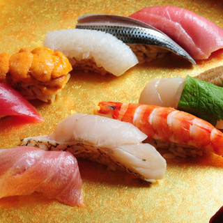 親方が握る極上の鮨と全国各地の銘酒を堪能できるコース料理