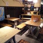 オヂィズダイニング 魚魚  - 2~8人掛けのテーブル席3つと、2~3人掛けのカウンタがあります。