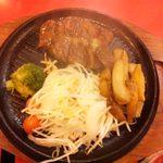 片桐 - ステーキセット(\990、他にご飯、スープ、ガーリックチップつき)