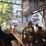 ニコ アンド コーヒー - 店の煩雑な雰囲気と、外の開放感のバランスが悪くない