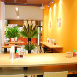 COMPHO - お席は、カウンター席・2名席・スタンディングテーブルとバリエーション豊富。