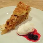 サンデーブランチ - ランチについてくるハーフカットのケーキ。今日はアップルパイ。ちゃんと大きい。