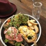 カフェ ヘルジ - 料理写真:タルティーヌ2種、サラダ、ポテト、カフェラテ のセット1200円税込、先払いです。