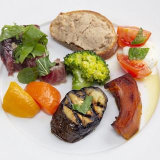 名物の冷製パスタのほか、旬野菜や鮮魚の逸品も自慢です。