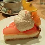 サンデーブランチ - 単品で頼んだ桃ときんかん?のレアチーズタルト650円。