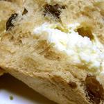 ベーカーズファーム - レーズンたっぷり、クリームチーズと相性の合うパン
