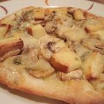 12112842 - 4種のチーズとマッシュルームのピザ