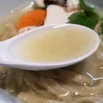 らーめん三極志 - 今週の限定麺 鱧の塩らーめんのスープ