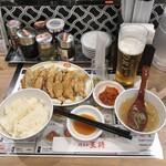 121153035 - ひとくち餃子セット748円、生ビール418円