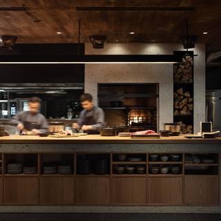 鍋ごとサーブされるバーミキュラ料理やこだわりの薪窯料理