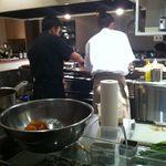 SIO - 完全なオープンキッチンで、ゲストと対話をしながら、顔色や食の進み具合を見ながら、調整して作ってくれる。まさにオーダーメイド!
