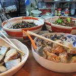 家庭料理穂光 - カウンターに大皿料理が10品以上!!