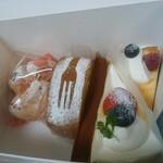 121172295 - 左より…シュークリーム、玄米のロールケーキ、チョコレートケーキ、季節のショートケーキ、ミルクレープ