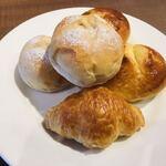 フォルクス - 料理写真:さつまいもパン初めて。でも噛むとやっぱりこれもパンがぺしゃんこになる( ´△`)
