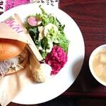 マリーチサーカスカフェ - アボカドと自家製サラダチキンバーガー1260円 スープ、アイス付き