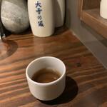 酒女 うろこ - サービスで出してくれた日本酒の椎茸だし割