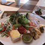 RISTORANTE OZIO - 朝食ビュッフェ3025円(総額)。手前が、右から、鱈のコンフィ、ローストオニオン、クロックムッシュです。温かい料理は回転が速いと美味しいですね(╹◡╹)