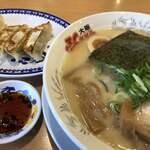 ふくちぁんラーメン - 料理写真:ふくちゃんラーメン♪ 730円 (半チャン餃子セット+390円)