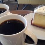 スターバックス・コーヒー - 料理写真:本日のコーヒー(クリスマスブレンド、330円)と、ラムレーズンクリームシフォンケーキ(390円)