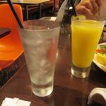 agito - ドリンク写真:トニックウォーターとオレンジジュース