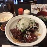 Nikumotsuyajimbou - 純レバ丼900円。小鉢と烏龍茶も付きます。