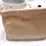 12120184 - 持ち帰り用の紙袋。