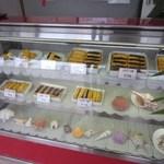 ジャーマンベーカリー - 店内に並べてあるケーキはシュークリームとエクレアそしてプリンの3種類とシンプルそのものです。