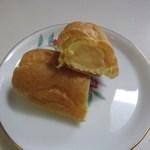 ジャーマンベーカリー - シュー皮のなかには甘みがまろやかでほのかにブランデーの香りがするカスタードクリームがたっぷり
