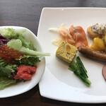 テンクウ - 朝食ビュッフェ2800円(総額)。生野菜いくらと明太子のせ、スペインオムレツ、サーモンマリネ、ナゲットクリームソース、温野菜カレーソース、ソーセージ、ロースハム、江戸菜。
