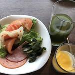 テンクウ - 朝食ビュッフェ2800円(総額)。第四弾。生野菜、わかめ、サーモンマリネ、モルタデッラ、サラミ、野菜ジュース、杏仁豆腐マンゴーのせ。