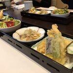 121237725 - ランチの天ぷら・小鉢・サラダ