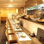 にしおぎおぶち - 旬の食材が並んだカウンター席の奥は、4名様、6名様用のテーブル席になっております