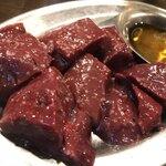 ホルモン青木 - 牛レバ焼き 塩 600円