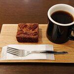 イット コーヒー - ブラウニーとブレンドコーヒー