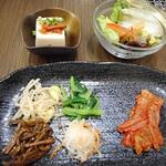 満月 - ナムル、キムチ、豆腐、サラダ