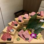 牛兵衛 草庵 - 「山形牛」階段盛り1万円税込み。